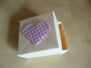 Favour box decoration